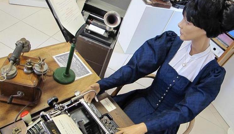 Le mannequin d'Agathe illustre la secrétaire idéale de 1914 avec les appareils les plus modernes de l'époque, dont l'ancêtre du dictaphone